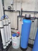 Změkčovače vody AquaSoftener vedle reverzní osmózy ve sklárenském provozu