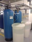 Změkčovače vody AquaSoftener v technickém zázemí plaveckého areálu