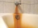 Manganitá voda ve vaně